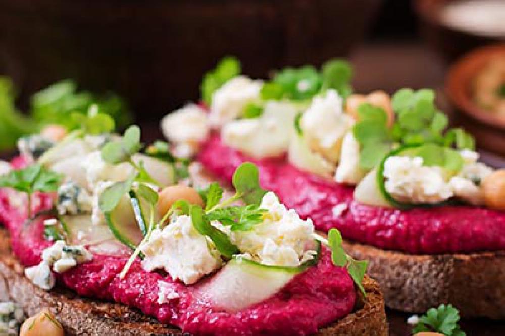 foto van rode bieten hummus op brood