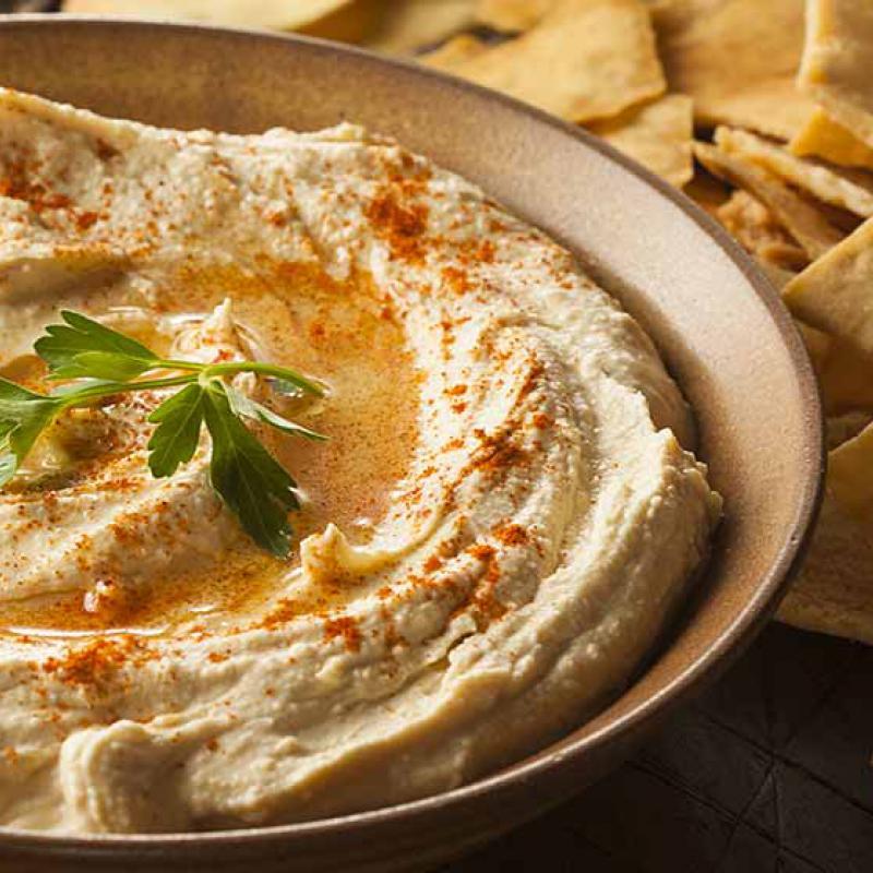 foto van Hummus met stukken pitabrood