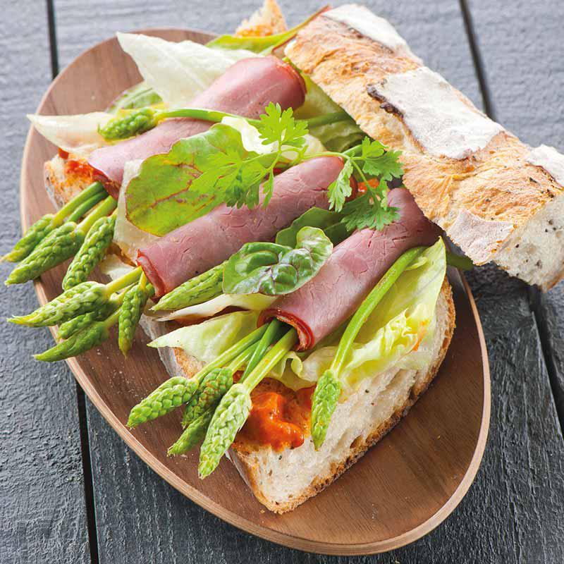 foto van Broodje met ham, wilde asperges en paprikatapenade