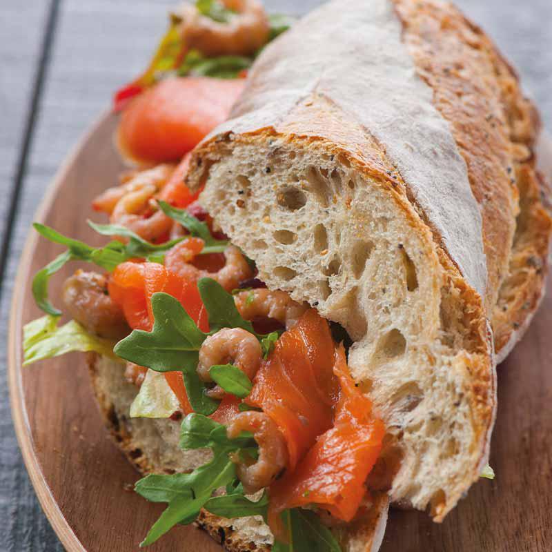 foto van Broodje met zalmforel en grijze garnalen